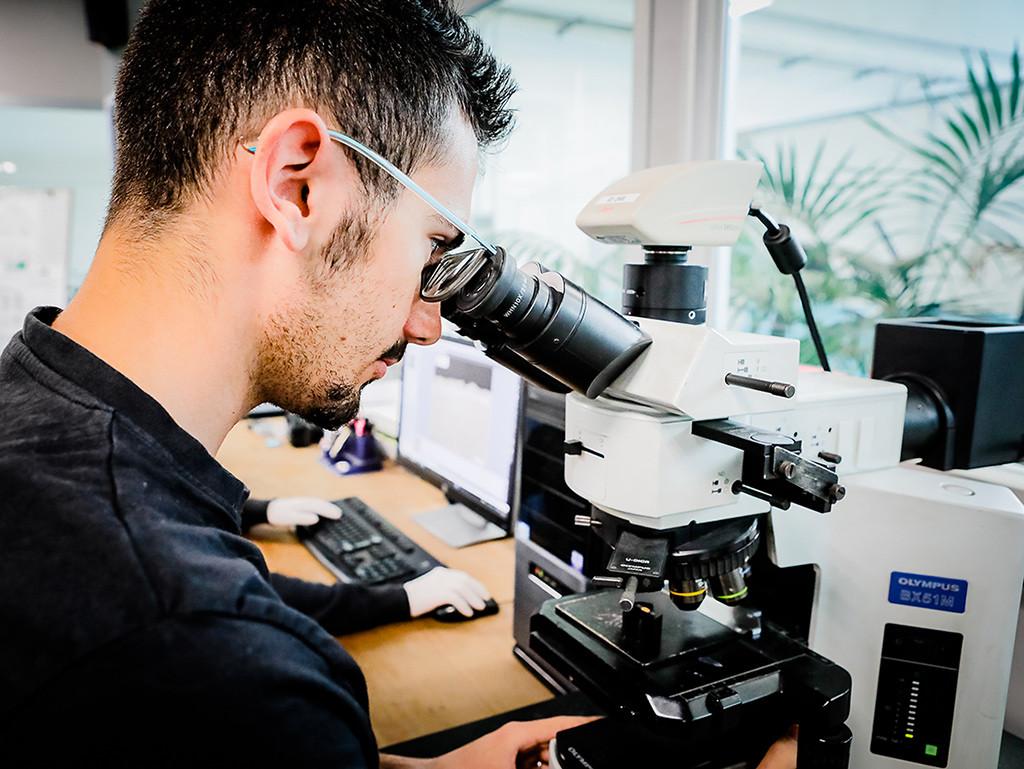 Tecnici al lavoro - microscopio