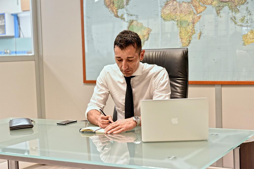 Paolo Pollacino alla scrivania di MotivexLab